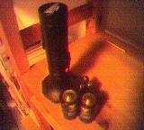 Taschenlampe und zwei große Batterien, stehend