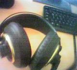 Professioneller Kopfhörer, im Hintergrund schwarze Tastatur