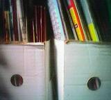 Zwei weiße Stehordner mit Löchern nebeneinander