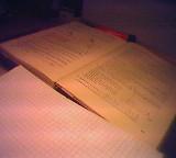 Mathematikbuch- und Heft aufgeschlagen ausgebreitet