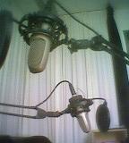 Zwei Studiomikrofone vor weißem Vorhang, über- und hintereinander