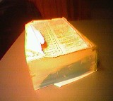 Altes, wassergeschädigtes, zerfleddertes Wörterbuch ohne Umschlag