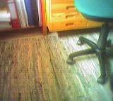 Aufeinandertreffen von Flickenteppich, Regal und Drehstuhl