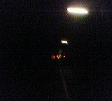 Drei Laternen in nächtlicher Schwärze, rapide auf Fluchtpunkt zuschrumpfend