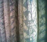 Ausschnitt aus blau-weißem Vorhang