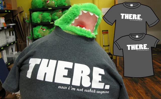 """T-Shirt Werbebild von Dinosaur Comics mit dem Claim """"Now I am not naked anymore."""""""