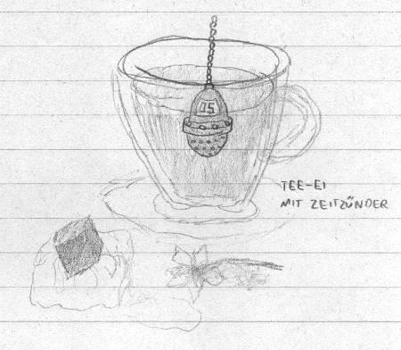 Glastasse Tee, darin ein Tee-Ei mit Digitaldisplay, davor ein schmelzender Eisblock, in den ein undurchsichtiger Würfel eingefroren ist, sowie eine liegende Blume.